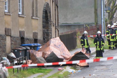 Bruchlandung eines Daches: Etwa 80 Quadratmeter der der Kupferbedeckung der früheren Pestalozzischule in Johann'stadt wurden vom Sturm abgerissen. Dieses Stück lag gestern früh auf der Unteren Gasse.
