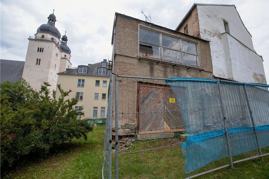 Inmitten intakter Häuser im Umfeld des Altmarktes steht dieser Bau: Ist er sanierungsfähig? Die Stadt will ihn als Ruine abreißen lassen.
