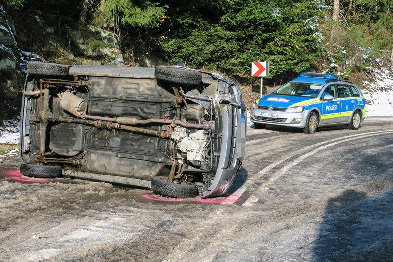 In Stützengrün kam ein Auto von der glatten Fahrbahn ab und kippte auf die Seite.