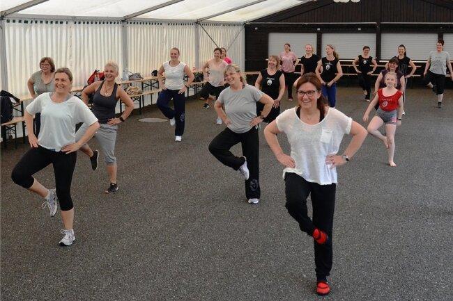Beim Studio 1-2-Step tanzen Menschen mit und ohne Handicap gemeinsam - hier die erste Veranstaltung im Waldpark Grünheide nach der Corona-Zwangspause. Dieses Inklusionsbeispiel soll Schule machen.
