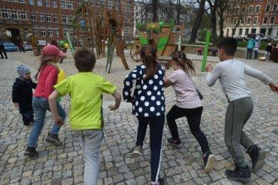 Familienfreundliches Wohnumfeld: Chemnitzer Kinder nehmen einen neuen Spielplatz in Beschlag.