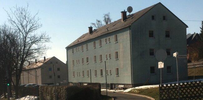 Blick auf Wohnhäuser an der Alten Auer Straße in Lauter: Die Leerstandsquote beim Wohnungsunternehmen liegt mittlerweile bei 15 Prozent.