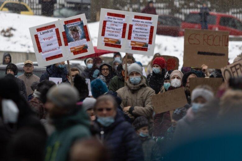 Rund 500 Personen demonstrierten am Montag vor dem Landratsamt in Annaberg-Buchholz, darunter waren auch viele Kinder.
