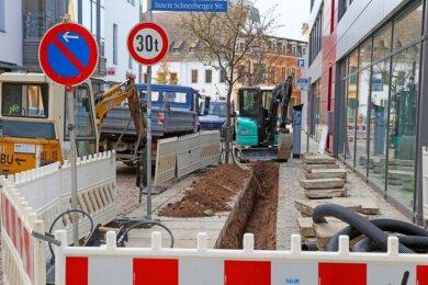Vielerorts werden in Zwickau Fußwege hergerichtet oder müssen erneuert werden. Der geplante Gehwegfertiger für den Bauhof steht aber bisher noch nicht zur Verfügung.