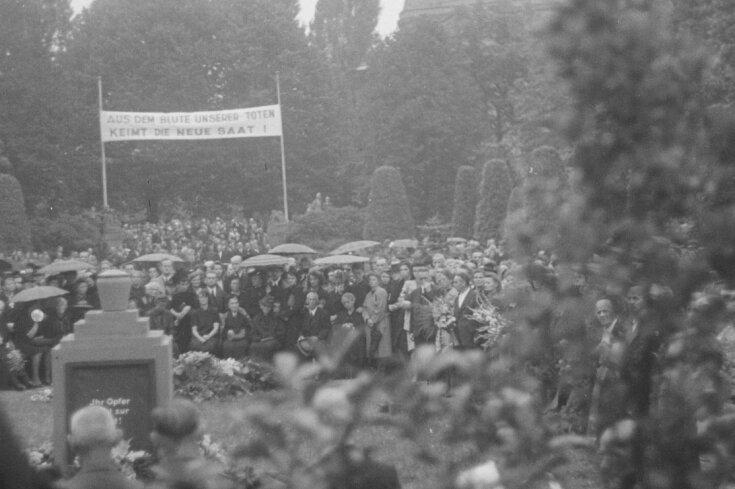 An der Gedenkfeier auf dem Städtischen Friedhof am 8. August 1945 und einer anschließenden Kundgebung auf der Südkampfbahn sollen 30.000 Menschen teilgenommen haben.