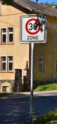 Seit ein paar Tagen gilt Tempo 30 in Sachsenburg.