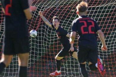 Julian Rudolph bejubelte in der 20. Minute das erste seiner drei Tore. Dennoch reichte es für den Meeraner SV nicht zum Sieg.