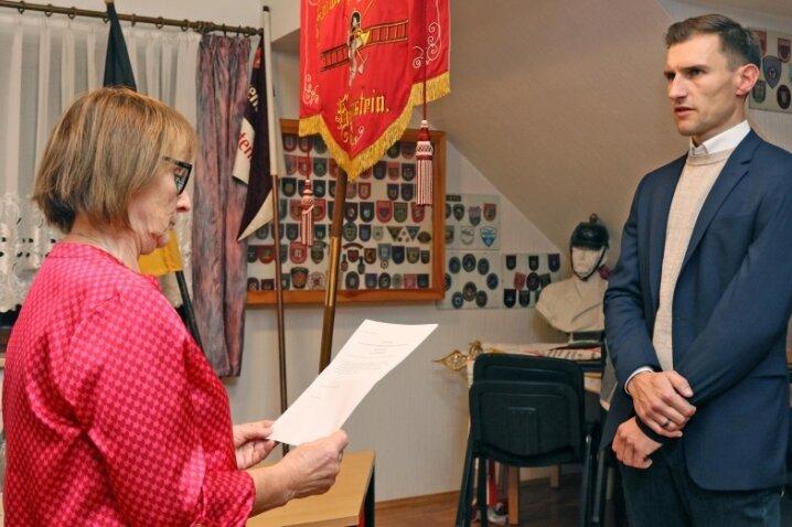 Heidemarie Schettler vereidigte und verpflichtete als ältestes Mitglied des Stadtrates den neu gewählten Hartensteiner Bürgermeister Martin Kunz (beide Bürgerliche Wählervereinigung).