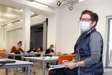 Lehren mit Abstand: In der Aula des Plauener Diesterweg-Gymnasiums unterrichtet Schulleiterin Petra Engelhardt Zwölftklässler im Prüfungsfach Mathematik.