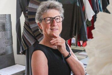 Die Künstlerin Kerstin Rößler mit von ihr entworfenen Textilien in ihrem Atelier in Einsiedel.