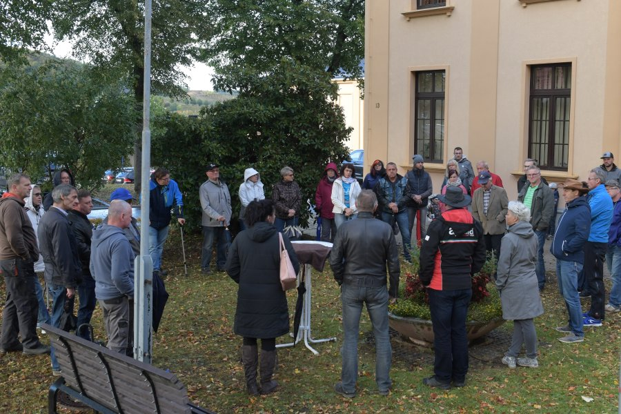 """Vor dem Rathaus fanden sich am Montag rund 30 Leute zur Veranstaltung der Bürgerinitiative """"Wir sind Bad Schlema"""" ein."""