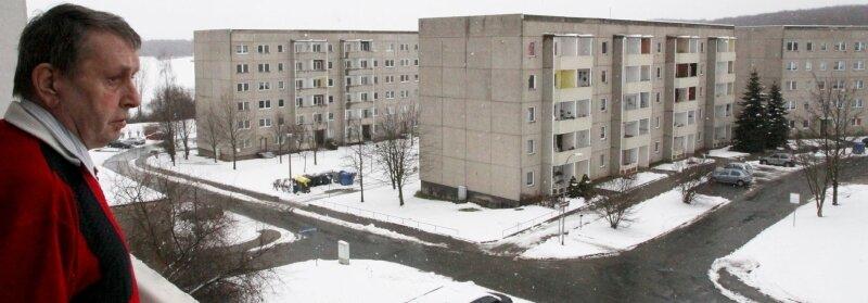 """<p class=""""artikelinhalt"""">Für Klaus-Dieter Schneider wird sich die Aussicht von seinem Balkon auf das Wohngebiet Sorge bald ändern. Sein altersgerechter Wohnblock bleibt stehen. </p>"""