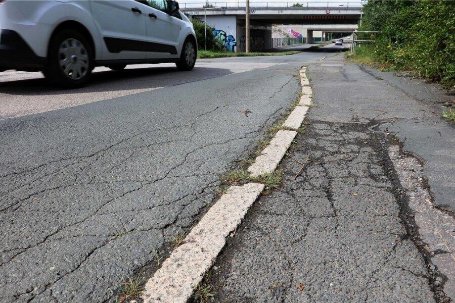 Die Schäden auf der Olzmannstraße sind offensichtlich. Ein geplanter Ausbau hängt aber davon ab, ob die Stadt Fördermittel erhält.