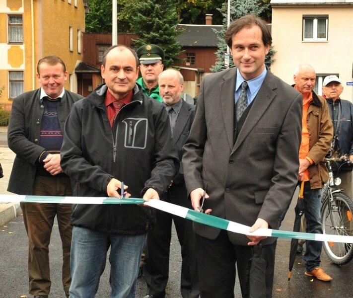 Thalheims Bürgermeister René Kühn (vorn links) und Silvio Martin vom Verkehrsverbund Mittelsachsen gaben am Mittwochvormittag die Diska-Brücke für den Verkehr frei - Schlusspunkt eines vierjährigen Ausbauprojekts.