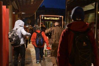 Nicht nur in Freiberg sind volle Busse kurz vor Schulbeginn während der Coronapandemie ein Problem.