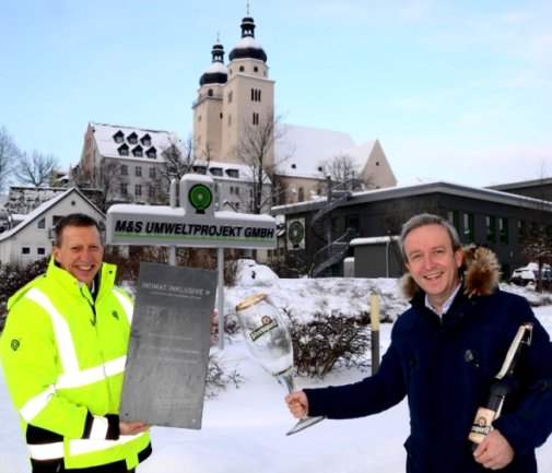 M&S Umweltprojekt-Geschäftsführer Bernd Märtner (links) hat das Unternehmen vor 30 Jahren gegründet. Zum Geburtstag gratulierte Sternquell-Geschäftsführer Jan Gerbeth.
