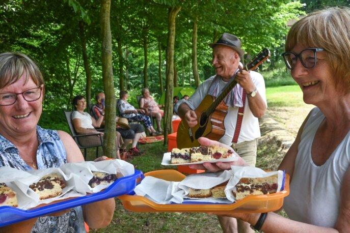 Sonne, Picknick und Musik im Wolkenburger Schlossgut