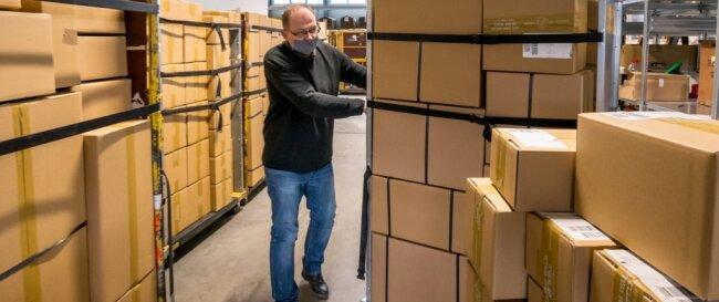 Bodo Krause stellt im Lager der Drechslergenossenschaft Dregeno die vollgepackten Rollbehälter zur Abholungbereit. Zuletzt mussten aber täglich viele Pakete stehen bleiben.