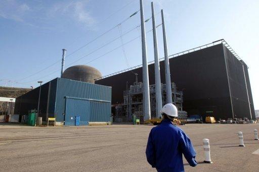 """Das Erdbeben in Japan und die dadurch ausgelöste Katastrophe im Kernkraftwerk Fukushima haben selbst Frankreich aufgerüttelt. Frankreich, das als Atomstromgigant weltweit an zweiter Stelle hinter den Vereinigten Staaten liegt und die Kernenergie als einzig wahre """"Energie der Zukunft"""" preist, das drei Viertel seines Stroms aus Atommeilern bezieht und seine Atomtechnik in alle Welt verkauft. """"Muss man Angst vor der Atomkraft haben?"""", titelte die auflagenstarke Tageszeitung """"Le Parisien"""" verschreckt, als ob sich diese Frage gerade zum ersten Mal stelle. Selbst die Regierung zeigte """"Sorge"""" über die Ereignisse in Japan."""