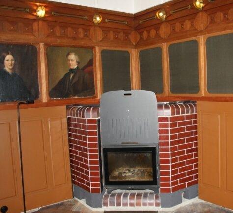 In mühevoller Handarbeit haben Claudia und Claus Lämmle die Täfer-Ecke links und rechts vom Kamin im Salon nachgebaut.