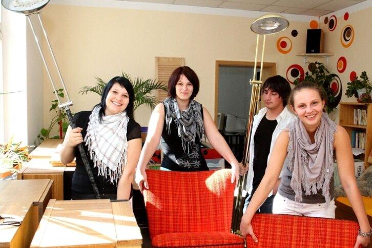 """<p class=""""artikelinhalt"""">Jenny Strößner, Saskia Rudzy, Patrick Petrak und Saskia Dittmar (von links) legen beim Umzug mit Hand an. </p>"""