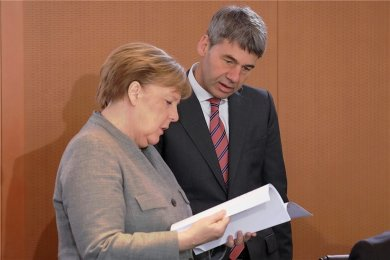 In die Arbeit vertieft: Bundeskanzlerin Angela Merkel und der deutsche Botschafter in China, Jan Hecker, damals noch in seiner Funktion als Abteilungsleiter Außen-, Sicherheits- und Entwicklungspolitik.