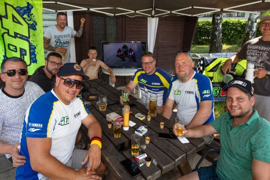 Neun Männer aus Altenburg haben das Sachsenring-Wochenende am Stausee Oberwald verbracht - mit einem Fernseher, Fleisch vom Grill, Fassbier, Eierlikör sowie Ibuprofen-Tabletten gegen die Kopfschmerzen.