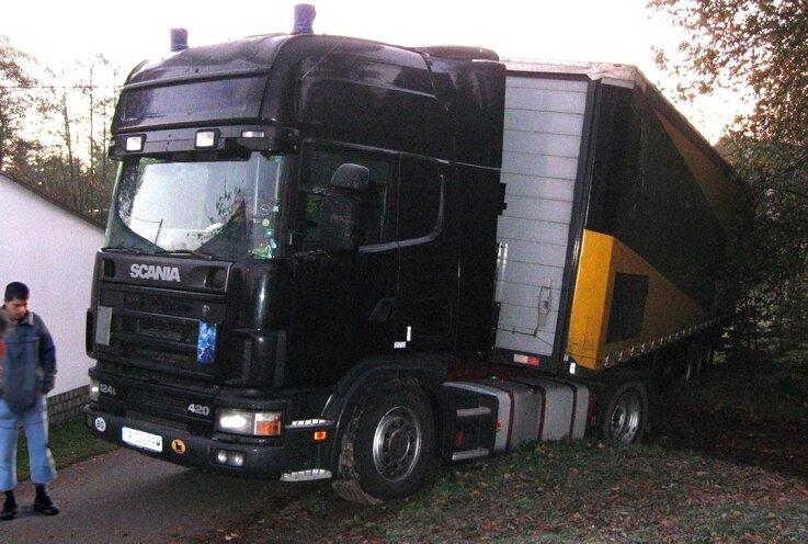 """<p class=""""artikelinhalt"""">Der Sattelschlepper hat eine Nacht lang in Schönbach festgesteckt. Der Fahrer - ein 29-jähriger Bulgare - war geschockt.</p>"""