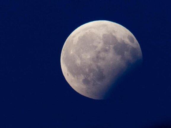 Der Mond wird am 16. Juli zu rund 65 Prozent in den Kernschatten eintauchen.