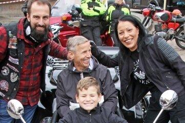 Markus (12) mit Vater Andreas auf dem Trike zusammen mit Kati Hofmann und Kenneth Hädecke.