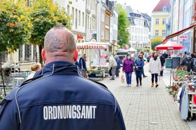 Die städtischen Ordnungshüter aus Crimmitschau kontrollieren die Maskenpflicht auf der Silberstraße. Sie selbst sind auch mit Maske unterwegs - auch wenn sie auf dem Foto von hinten schwer zu erkennen ist.