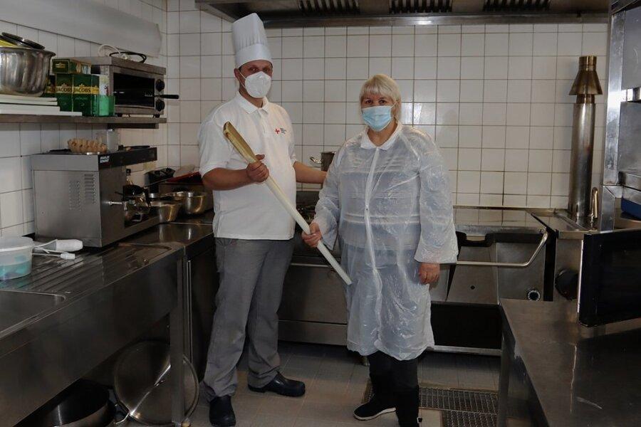 Rosa Stiling hat den Kochlöffel und die Kochmütze an Christian Sommer übergeben.