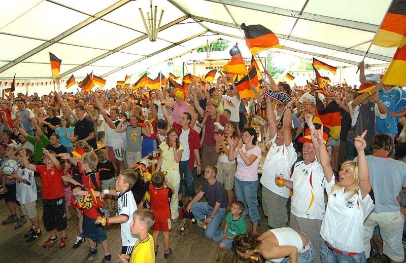 """<p class=""""artikelinhalt"""">WM in MW: Bei der Fußballweltmeisterschaft 2006 feierten die Fans Deutschlands Sieg gegen Schweden vor der Videowand im Zelt an der Sporthalle in Mittweida. So soll es auch 2010 sein.</p>"""