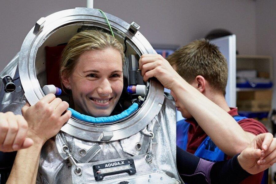 Fast 50 Kilo wiegt die Attrappe des Raumanzugs, den Analog-Astronautin Anika Mehlis testweise bereits getragen hat.