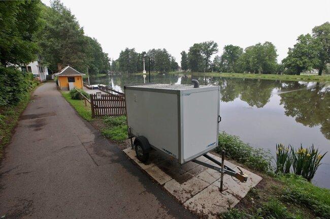 Im Uferbereich des Gründelteiches ist die Pumptechnik in einem Anhänger untergebracht.