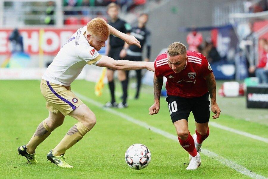 Fabian Kalig (links) hat das Nachsehen gegen Ingolstadts Sonny Kittel.