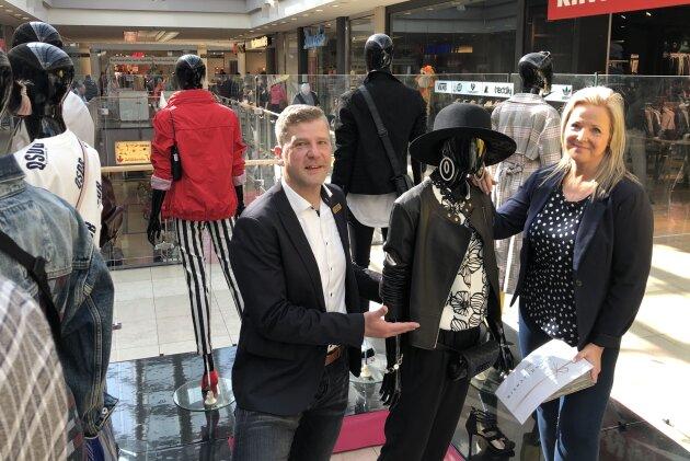 Gewinnerin Kathi Seidel mit Center-Manager Jens Preißler.