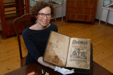 Museumsleiterin Cornelia Sommerfeld mit der Luther-Bibel aus dem Jahr 1558.