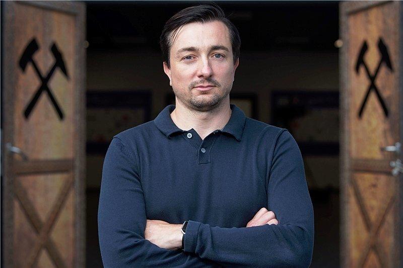 Seit Donnerstag neuer Trainer in Aue und durchaus selbstbewusst beim Fototermin: Daniel Meyer.