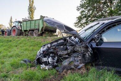 Ein Audi ist auf der S 298 bei Treuen mit einem Traktor kollidiert.