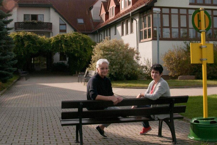 Geschäftsführerin Ines Landgraf (links) und Pflegedienstleiterin Kathrin Wiesmann vor dem Pflegeheim. Dort ist eine Bushaltestelle eingerichtet, die Demenzkranken helfen soll, mehr Ruhe zu finden.