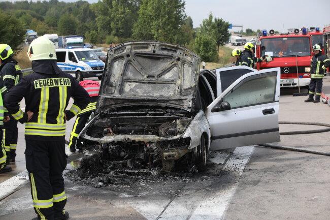 Ein Peugeot ist auf der A 4 am Dreieck Nossen in Brand geraten.