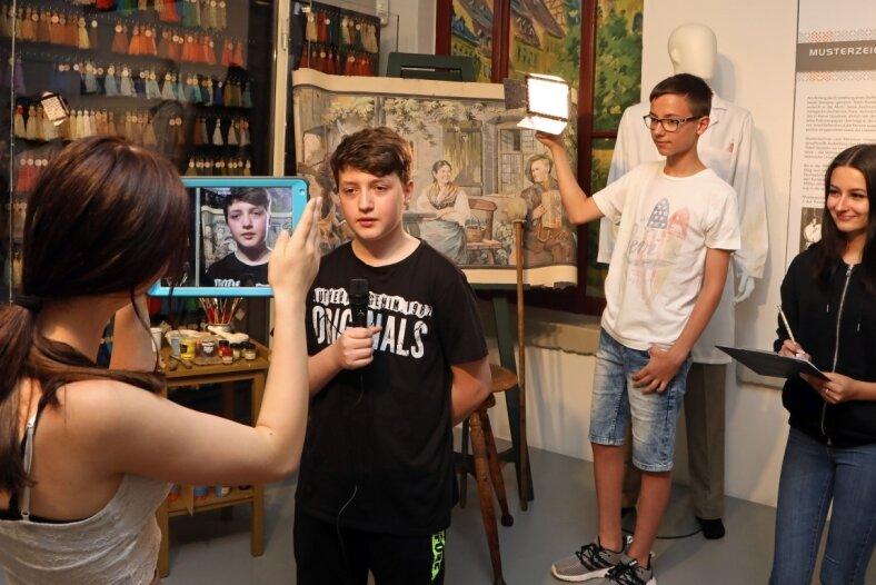 Mariella Reichenbach, Carl Pfeifer, Florian Raths (von rechts )und eine weitere Mitschülerin beim Filmdreh im Rennsportmuseum.
