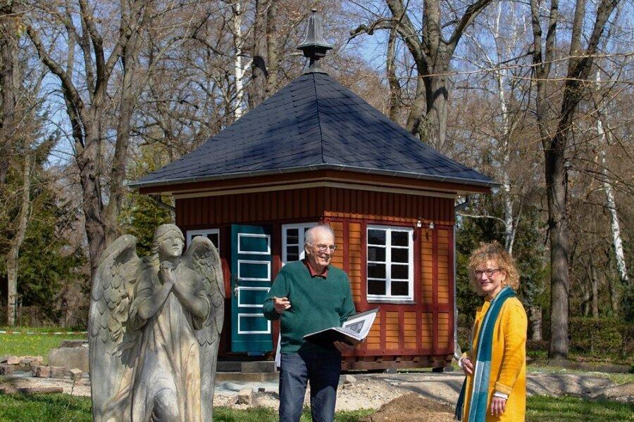 Katrin Herzog, Inhaberin der Rathaus-Apotheke Plauen, unterstützt die Arbeiten im Apothekergarten. Jetzt übergab sie an Bernhard Weisbach eine Spende.