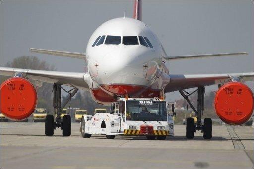 Das Flugverbot an deutschen Flughäfen ist abermals verlängert worden, was die Fluggesellschaften gegen die Politik aufbringt. Das Foto zeigt ein Flugzeug mit Schutzfolien für die Triebwerke in Nürnberg.