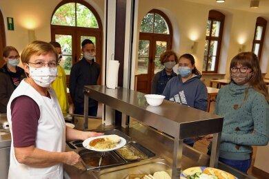 Kerstin Richter bei der Essensausgabe im Speisesaal des Max-Schneider-Gymnasiums in Lichtenstein, das im Ranking in der Kategorie Lehrbedingungen ganz vorn gelandet ist.