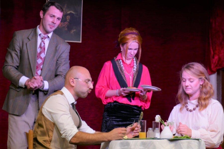 Cecil und Deryl Fawlty (hinten), gespielt von Tobias Kluge und Isabell Oettel, hatten mit der Bewirtung des amerikanischen Ehepaars Hamilton alias Christian Weinhold und Maja Ulrich so ihre Probleme.