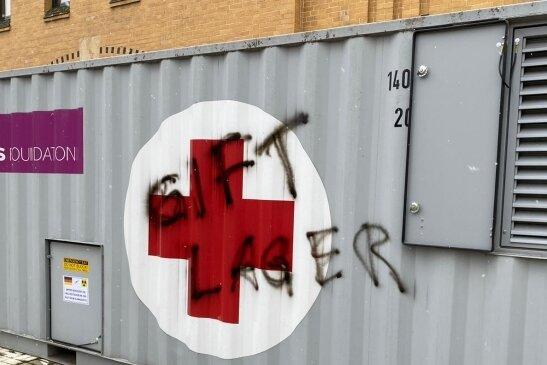 Am Impfzentrum in Plauen haben offenbar Impfgegner am Montagfrüh ihre Botschaften hinterlassen.