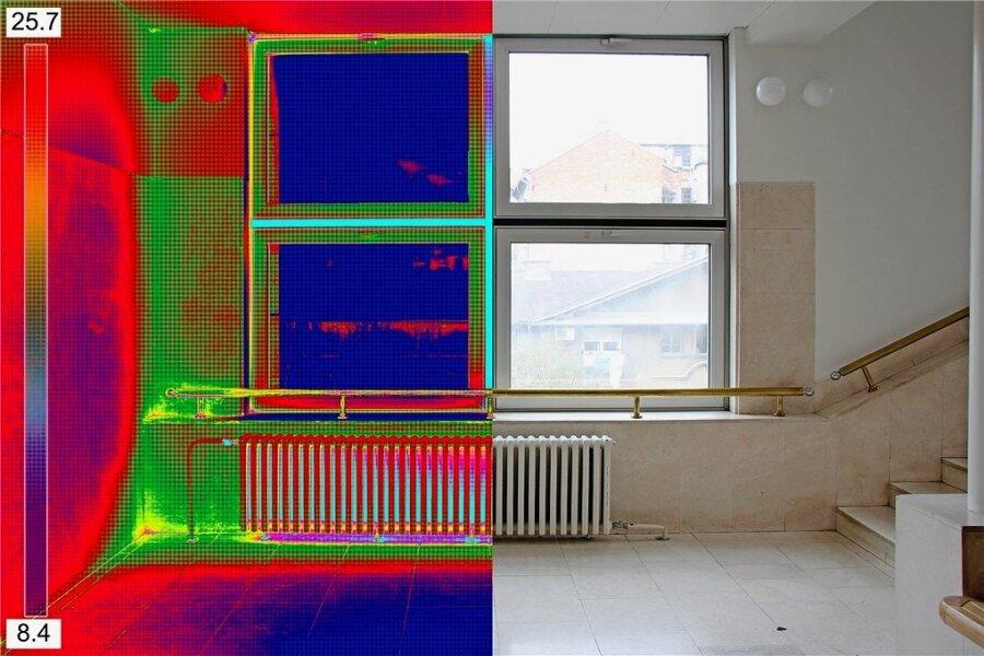 Die Infrarot-Messung zeigt, an welchen Stellen Wärme durch die Fenster entweichen kann. Nur eine gute Dämmung kann den Verlust mindern.