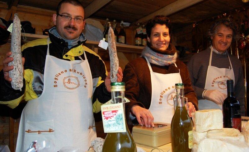 Seit vielen Jahren sind die Händler aus der italienischen Partnerstadt Sogliano al Rubicone auf dem Saydaer Weihnachtsmarkt mit von der Partie und bieten vor allem ihren würzigen Höhlenkäse, leckere Salami und Weine aus ihrer Heimat an.